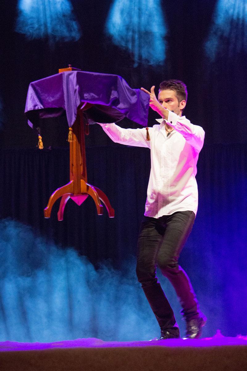 flying-table-magic-man-lossander