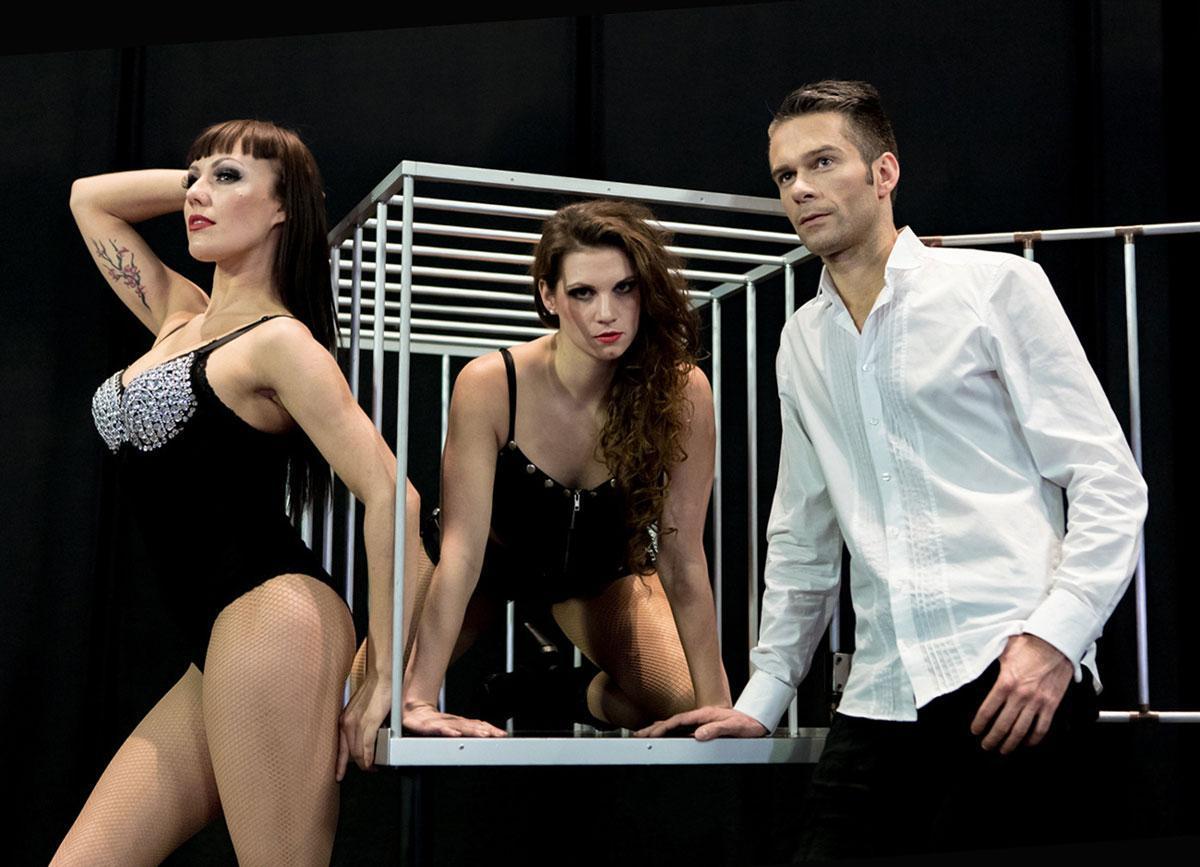 illusionist-assistant-cage